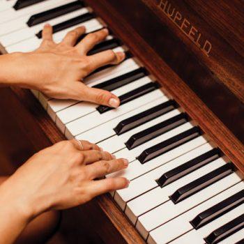 نوازنده پیانو ٬ آموزشگاه موسیقی تهران ٬ کلاس آموزش پیانو ٬ بهترین آموزشگاه موسیقی