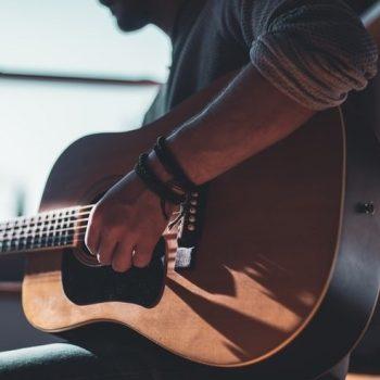 گیتار چپ دست ٬ آموزشگاه موسیقی تهران ٬ کلاس آموزش گیتار ٬ آموزشگاه موسیقی شمال تهران