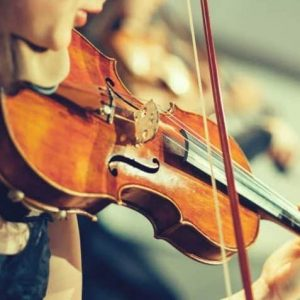 گوش دادن به صدای ویولن ، کلاس آموزش ویولن ، آموزشگاه موسیقی شمال تهران ، کلاس موسیقی